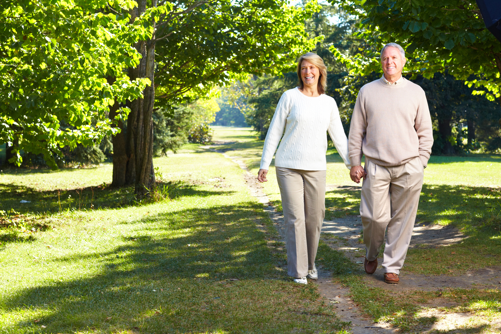 zwei spazierende Menschen im Park